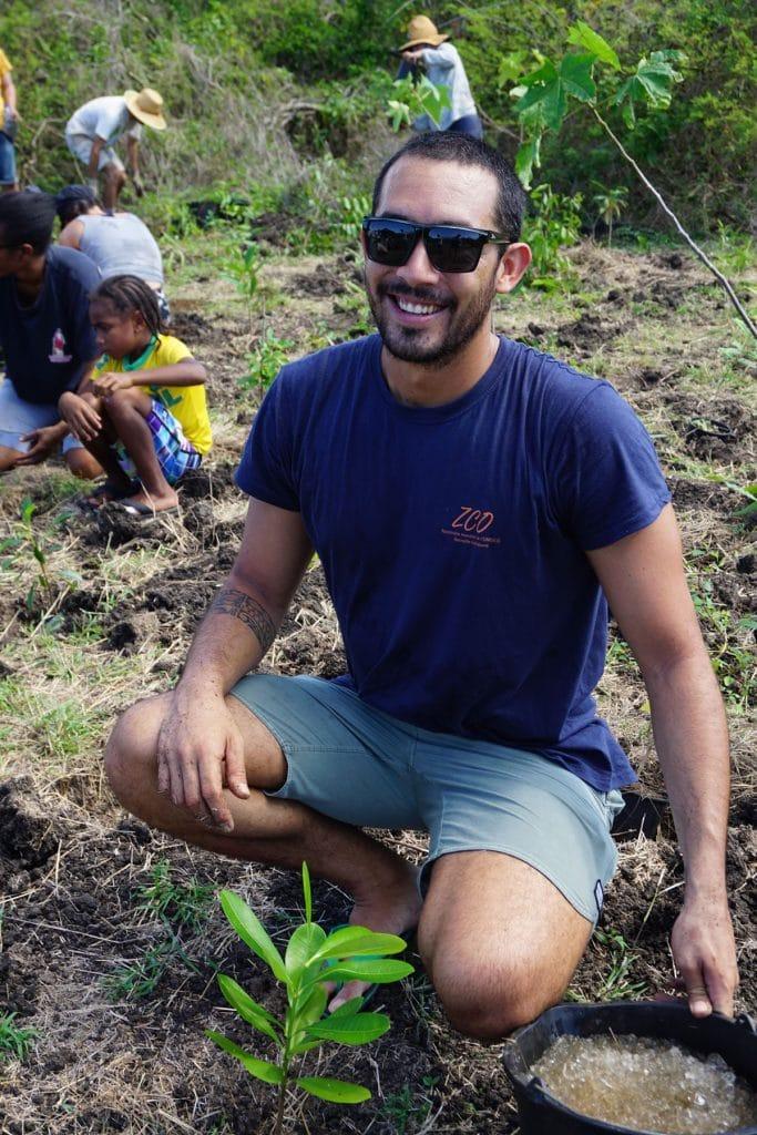 Plantation participative au Domaine de Déva pour reboiser la forêt sèche de Bourail avec la ZCO.