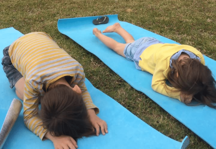 Cours de yoya pour enfant au point d'acceuil et d'informations du Domaine de Déva